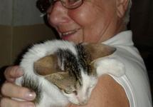 Kater Lucky (4 Monate), Neuzugang und zukünftiger Mäusejäger im MRC, mit Barbara Ernst.