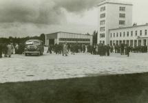 1939−1945: Während des Zweiten Weltkriegs wird Rhein-Main durch Bombenangriffe und Sprengungen fast völlig zerstört.