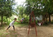 Der Spielplatz ist im Dauergebrauch: Tina und Dorothy fliegen mit der Schaukel und Pink Daisy gibt ihnen Schwung. (Foto: Barbara Ernst)