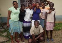 """Esther, Emmy, Nelly, Roe, Anne, Daisy und Baya verabschieden sich vor dem Haus des """"Majaoni Rescue Centre"""". (Foto: Barbara Ernst)"""