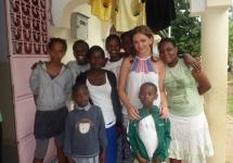 "Annika Krupp aus Karlsruhe zu Besuch im ""Majaoni Rescue Centre"". (Foto: Barbara Ernst)"