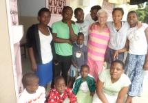 Barbara Ernst umringt von Kindern im Majaoni Rescue Centre. (Foto: Barbara Ernst)