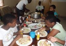 Die Kinder essen zusammen ihr Lieblingsessen: Pilau, ein stark gewürztes Reisgericht mit Fleischstückchen und Salat, dazu Limonaden. (Foto: Barbara Ernst)