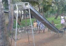 Die selbst gebaute Rutsche für den Spielplatz steht schon. (Foto Barbara Ernst)