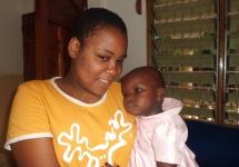 Bahati auf dem Arm von Nelly (15 Jahre).