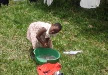Dorothy (7) wäscht ihre Wäsche. (Foto Barbara Ernst)